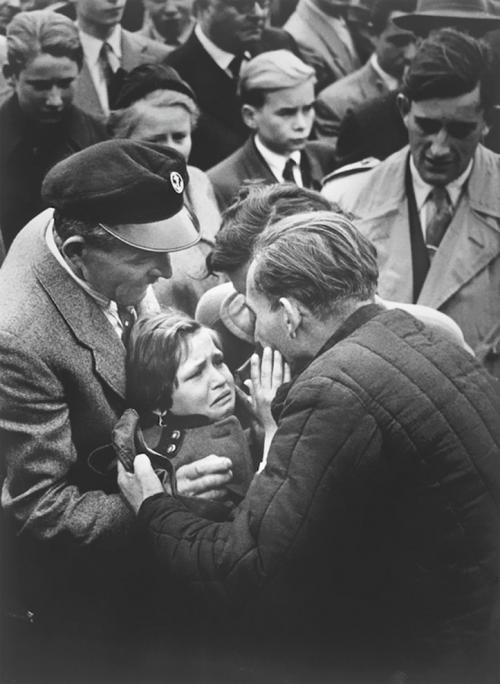 Немецкий ребенок встречает своего отца, солдата Второй мировой войны, которого он последний раз видел в годовалом возрасте, 1956 год.