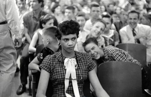 Дороти Кантс стала одной из первых афроамериканских учениц в школе для белых, 1957 год. На фотографии видно, что студенты школы Charlotte's Harry Harding High School дразнят Дороти.