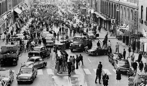 Первое утро в Швеции после изменения левостороннего движения на правостороннее, 1967 год.