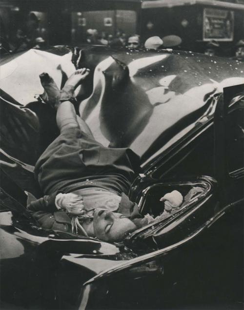«Самое красивое самоубийство» — 23-летняя Эвелин Макхейл, расставшись с женихом, спрыгнула с Эмпайр-стейт-билдинг. Девушка упала с высоты 344 метров на крышу лимузина, припаркованного у обочины. 1947 год.