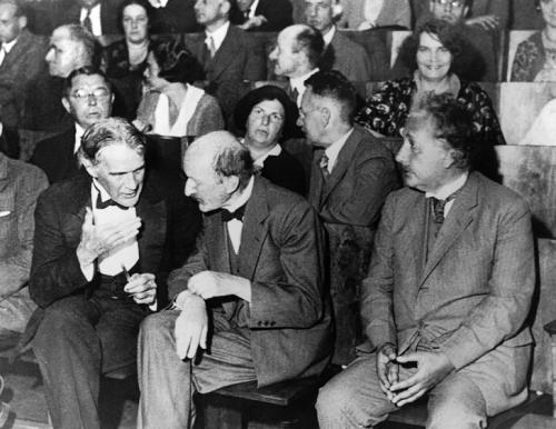 Физик Роберт Вильямс Вуд, основоположник квантовой физики Макс Планк и Альберт Эйнштейн сидят на первом ряду на собрании Берлинского физического общества, 1931 год.