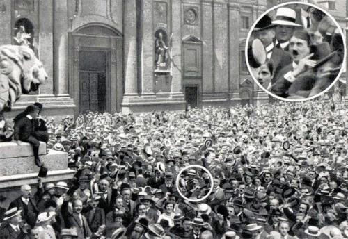 Молодой Гитлер приветствует новость о начале Первой мировой войны, 1914 год.