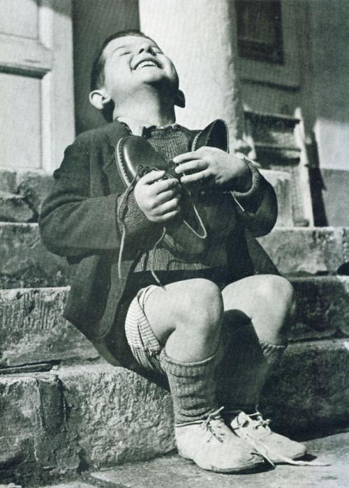 Австрийский мальчик радуется новой паре ботинок, Вторая мировая война.