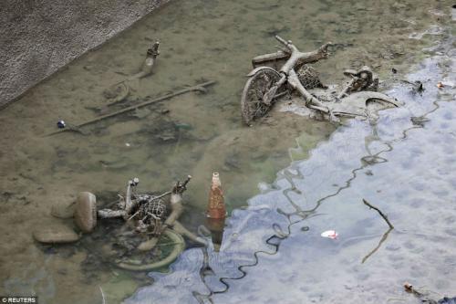 Французы осушили один из парижских каналов и обнаружили на дне целые сокровища