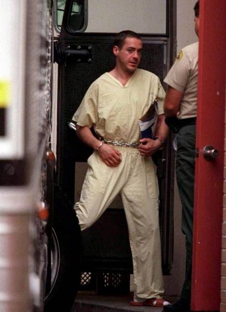 В 2003 он начинает трезвую жизнь. Вылечившись от наркозависимости, Дауни снялся в таких блокбастерах, как «Железный человек», «Шерлок Холмс» и «Мстители».