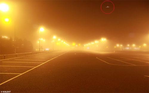 Хабр Рахман возвращался домой поздним вечером в густом тумане, когда он неожиданно остановил машину и сделал несколько кадров освещения дороги, которое показалось ему интересным…