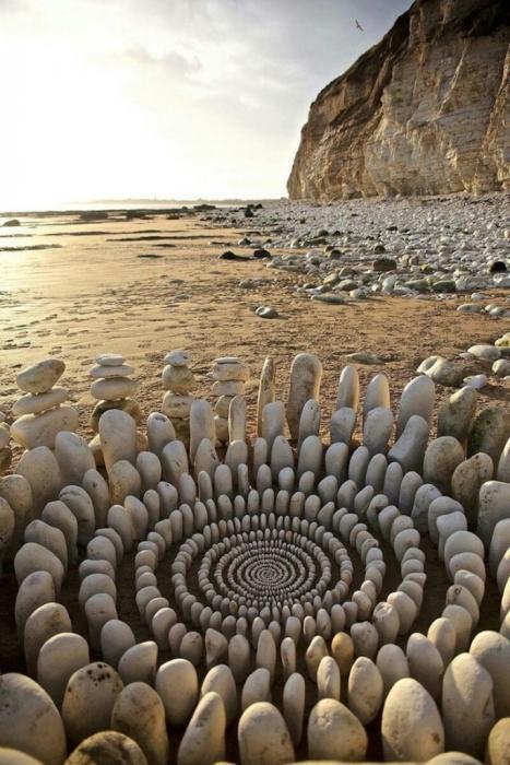 Джеймс Брант любит природу во всем ее многообразии, поэтому располагает своиарт-объекты в различных локакиях - на песочном пляже, в лесу и во дворах местных школ. Он всегда использует только те материалы, которые нашел поблизости. Таким образом, созданный им арт-объект всегда органично дополняет природный ландшафт. Обычные камни становятся материалом для мандалы, из опавших листьев формируются орнаменты и спирали, а из собранных и отсортированных по цвету веточек мастер умудряется создать оптические иллюзии.