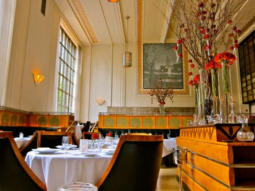 Фуд-блогеру Джулиану Фангу посчастливилось попасть в шикарный ресторан и попробовать меню для дегустации, состоящее из 11 блюд. Обед длился 3 часа и стоил 295 долларов с человека. Лучший ресторан в мире находится в Нью-Йорке, в манхэттенском районе Флэтайрон на Мэдисон-авеню. Внутри ресторана огромные окна от пола до потолка.
