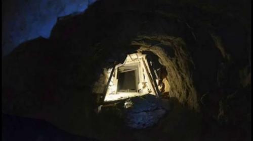 Секретный вход в пирамиды Египтянин по имани Наджи обнаружил секретный ход под подвалом своего дома. Как оказалось, ход вел в одну из великих пирамид Гизы. Копая на собственном огороде, 33-летний житель деревни Аль-Харамея обнаружил выложенный каменными плитами туннель, ведший прямо в пирамиду Хуфу (Хеопса). Археологи полагают, что в древности этот ход вел в тайный храм на берегу Нила, однако им еще предстоит долгая работа по поиску истинного предназначения этого древнего туннеля.
