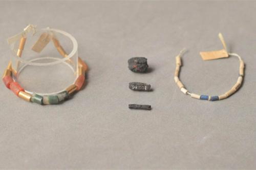 Космические украшенияУкрашения, обнаруженные в 1911 году в гробнице в деревне Эль-Герзе, возраст которой оценивается в 5000 лет, считаются самыми старыми на Земле. Бусины были сделаны из космического железа, принесенного на Землю метеоритами, почти за 2000 лет до железного века, и соединены в одно ожерелье с кусочками золота и драгоценных камней. Но для науки железные бусины - самые драгоценные. Наличие кобальта и германия подтверждает их космическое происхождение, а возраст наводит на мысль о том, что, быть может, обрабатывали их вовсе не на Земле - ведь кузнечного дела тогда еще не существовало.