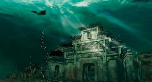 Подводный город Гераклион (по-египетски - Тонис) был крупным торговым городом древности. По преданию, его основал Александр Македонский, именно здесь была коронована Клеопатра. Долгие годы он считался стертым с лица Земли. Некоторые ученые и вовсе считали его мифическим, как когда-то Трою. Однако археологам удалось обнаружить его в море, недалеко от устья Нила, на 50-метровой глубине. Гераклион был обнаружен совсем недавно, в 2000 году, и с тех пор его неисчислимые сокровища открывают перед археологами все новые тайны истории.