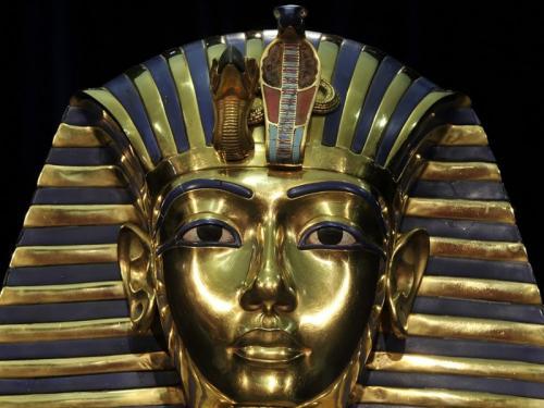 Эрегированный член Тутанхамона Мумия Тутанхамона была одним из самых поразительных открытий ученых-египтологов. Но более всего их поразило то, что фараон, похороненный согласно всем египетским традициям, отличался от других мумий маленькой деталью: он был положен в гробницу с полностью эрегированным членом. Укрепленный смолой, орган поднимался под углом 90 градусов. Ученые не знают, зачем это было сделано, предполагая, однако, что это имеет какое-то отношение к религиозной деятельности Тутанхамона, который отверг новую религию солнцепоклонничества, насаждавшуюся его отцом, и в течение своего недолгого правления (он находился у власти с 10 до 19 лет) пытался вернуть народ к старым богам.