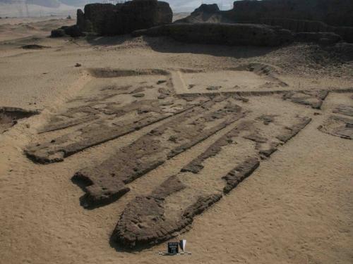 Лодки Абидоса Лодки Абидоса предназначались для перевозки фараонов в загробный мир. Их нашли в песках Египта, их возраст оценивается в 3000 лет. Всего археологи нашли 14 лодок, длина которых - от 18 до 25 метров. На каждой умещалось по 30 гребцов. Этот гигантский флот до сих пор поражает историков мощью и совершенством: до обнаружения лодок Абидоса они считали египтян гораздо менее искусными в кораблестроении.