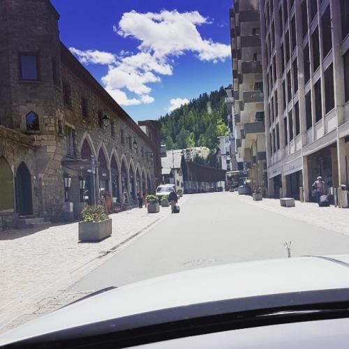 И – погнали: Германия, Швейцария, Италия... по самым дорогим курортам Европы на самых шикарных машинах.