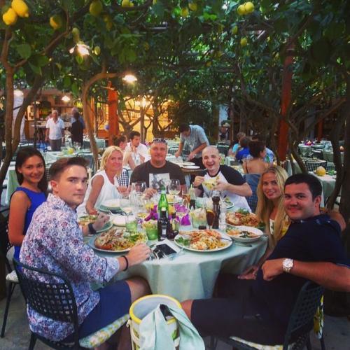 Июль: «Один из самых топовых ресторанов итальянской кухни!» (Юсуф крайний справа)
