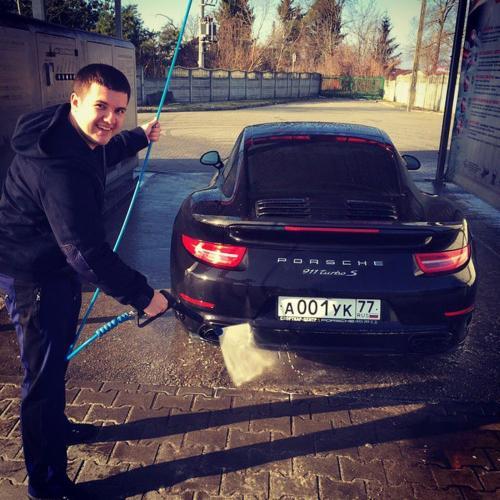 Юсуф Алекперов 26-летний сын президента «Лукойла» – на первом месте в рейтинге самых богатых наследников российских миллиардеров, по версии Forbes.  Отец Вагит Юсуфович передаст ему крупнейший пакет акций нефтяного гиганта.