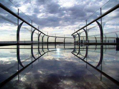 Головокружительная стеклянная площадка над Гранд-Каньоном