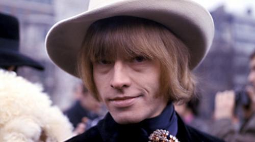 """16. Брайан Джонс Думая о группе Rolling Stones, обычно мы представляем себе Мика Джаггера и Кита Ричардса, однако без Брайана Джонса - основателя группы - ее просто не было бы. Именно он подбирал группе """"команду"""", репертуар, придумал ей имя."""