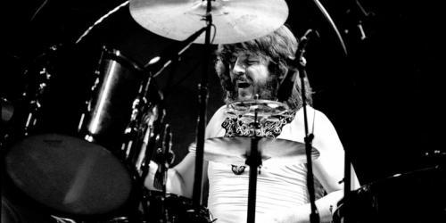 3. Джон Бонэм В отличие от многих упомянутых здесь групп, группа Led Zeppelin не пережила кончины ее участника - Джона Бонэма, который ушел из жизни 24 сентября 1980 года. Бонэм был великолепным барабанщиком, и заменить его не смогли.