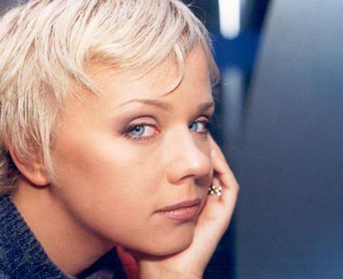 """Лена Перова Начало творческой жизни Елены Перовой тесно связано с группой """"Лицей"""". В 1997 году Перова была уволена из трио за нарушение условий контракта о запрете участия в сторонних проектах."""