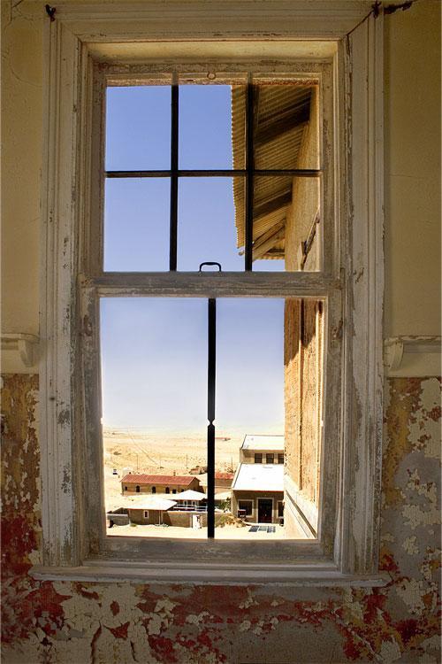 По этому своеобразному коридору ветер несет песок из примыкающей к устью Оранжевой южной части пустыни Намиб далее на север. Именно туда, сообразил сметливый Штаух, мелкие алмазы, выносимые рекой в океан, а затем выбрасываемые прибоем на берег, переносятся вместе с песком. В считанные годы десятник стал мультимиллионером.