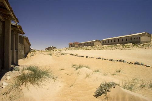 В 1908 году железнодорожный рабочий Захариус Левала впервые нашел здесь сверкающий камень в песке возле железной дороги в 7 километрах от города Людерица. В свое время он работал в Кимберли и наметанным взглядом ухитрился разглядеть алмаз прямо на поверхности песчаной пустыни…