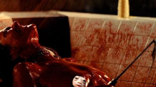 голая девушка в крови фото