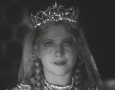 Эту актрису, популярную в 30-е и 40-е годы, сейчас уже очень мало кто помнит. Ее дебютом на советских киноэкранах стал фильм «Хочу быть летчицей» (1928). А по-настоящему знаменитой ее сделала роль Людмилы в самой первой экранизации пушкинской сказки «Руслан и Людмила» (1938).