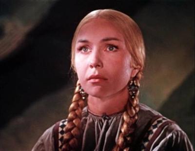 Чуть позже, в 1959 году, она сыграла Марью-искусницу в одноименной сказке Александра Роу. Но настоящий успех к актрисе пришел двумя годами раньше - в 1957 году она снялась в фильме «Дом, в котором я живу».