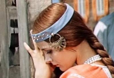 Актриса подкупала зрителей своей юной красотой, непосредственностью, обаянием и необыкновенно выразительными глазами. Она словно была создана для детского кино и сказок.