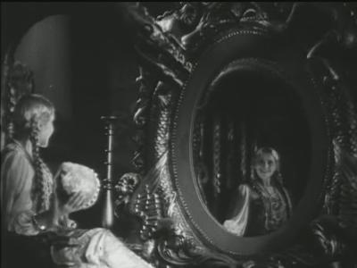 Судьба Людмилы Глазовой была горькой. В 12 лет утонул ее единственный сын. Рано умер муж - ленинградский кинорежиссер Семен Тимошенко. Она жила замкнуто, бедно и одиноко. Умерла при загадочных обстоятельствах - от удушья газом.