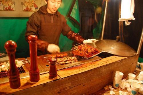 Якитори, Япония.  Туристы, которые ищут в Японии не только суши, могут найти прилавки с якитори. Якитори гораздо больше, чем курица-гриль: под соусом с комбинацией мирин, саке, соевого соуса и сахара. Уличные прилавки, торгующие этим блюдом, являются неформальными социальными центрами, где молодое поколение смешиваются с толпой офисных работников, которым необходим перекус после окончания работы в офисах.