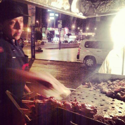 Антикучо, Перу. Родиной этих зажаренных на гриле, нанизанных на шпажки кусков говяжьего сердца под соусом являются Перу. Это блюдо можно также обнаружить во многих других регионах Южной Америки. Классическая уличная еда. Стоимость антикучос обычно меньше доллара США, что делает это блюдо дешевым, и доступным для тех, чей туристический бюджет небольшой.
