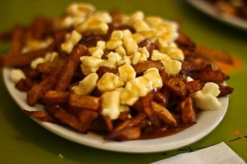 Путин, Канада. Французская канадская удобная еда: сочетание толсто нарезанного картофеля с соусом и сыром, берущее свое начало примерно 1950-х годов. Происхождение слова «путин» непонятно, но источники указывают на сочетание французских и английских слов, в том числе «беспорядок», «плохое рагу» и «крепко сложенный человек».