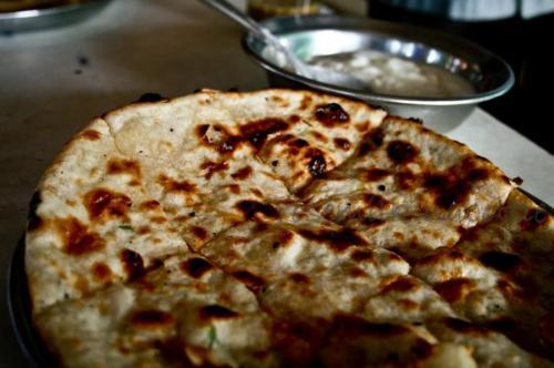 Парата, Индия. Часто затмеваемые лепешками наан, пресные лепешки парата являются углеводным блюдом в меню Северной Индии. Более 40 различных вариаций можно найти по всему Маврикию, Малайзии, Мальдивских островах, Мьянме и Сингапуру. Этот хлеб можно фаршировать овощами или мясом, обмакивать в масло, йогурт или чай.