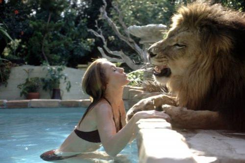 6. Типпи Хедрен  – левВ 1970-ые годы Типпи Хедрен, американская актриса, модель и активистка по правам животных шокировала и привела в ужас многих своим домашним животным, взрослым самцом льва. Этот король джунглей жил в её доме.   Лев по имени Нил играл с домочадцами у бассейна, отдыхал в гостиной и даже спал с ними в кроватях.