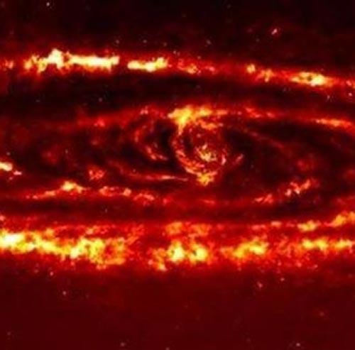 Наличие колец звездной пыли свидетельствует о «волнении» внутри галактики, из-за которого частицы звездной пыли продолжают центробежно разлетаться наружу.