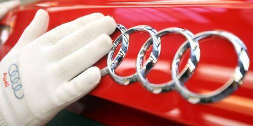 3. Ауди был почти назван в честь фамилии Когда основатель Audi Август Хорьх впервые решал, как назвать свою новую компанию, он решил договориться со своей фамилией. Тем не менее, его имя уже использовалось A. Horch & Cie. Motorwagen Werke, автомобильной компанией, которую он помог основать, но позже отделился. Вместо этого Хорьх — что означает «слушать» на немецком языке — согласился с Audi, латинским переводом этого слова.