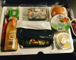 Как выглядит питание на борту самолетов разных авиакомпаний