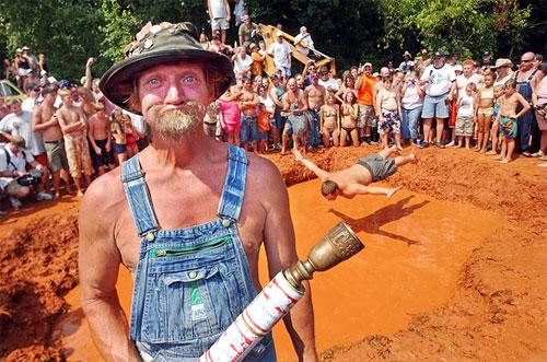 ��������� ��������� The Summer Redneck Games � ����� ��������, ���, ��������� �������� �������� ������������ �� �������� � ������ ����� (Mud Pit Belly Flop) ��� ��������� ����� �����������.