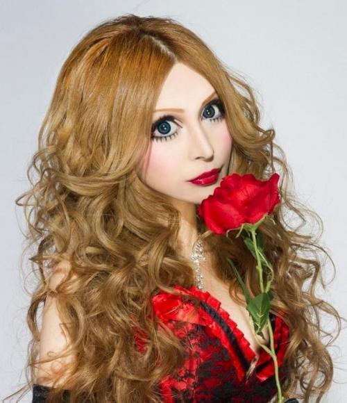 Ее стремление сменить расовую принадлежность и достичь внешнего вида, схожего с фарфоровой куклой привело к колоссальным изменениям девушки.