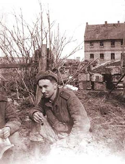 О том, как воевал старший сержант Алексей Смирнов, можно было прочесть в его наградных листах: «9 апреля 1944 года в районе деревни Пилява после мощных артналётов два батальона противника при поддержке 13 танков перешли в атаку. Тов. Смирнов со взводом открыл мощный миномётный огонь по немецкой пехоте. В этом бою огнём взвода было уничтожено: 4 станковых и 2 ручных пулемёта, 110 фашистских солдат и офицеров. Контратака немцев была отбита. 20 июля 1944 года в районе высоты 283.0 противник силою до 40 гитлеровцев атаковал батарею. Смирнов, воодушевляя бойцов, бросился в бой с личным оружием. Огнём из винтовки и автоматов батарея отбила нападение немцев. На поле боя осталось 17 гитлеровцев, Смирнов лично взял в плен 7 гитлеровцев».