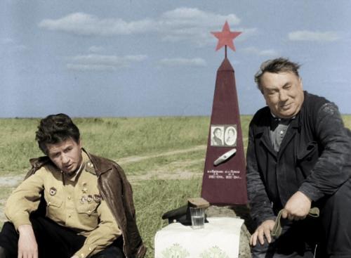 Врачи не сказали Смирнову о трагической гибели друга, опасаясь, что такое известие окончательно подорвет здоровье актера. Но при выписке кто-то все же сообщил Алексею Макаровичу эту трагическую весть. Смерть единственного друга потрясла Смирнова. Своим здоровьем он больше не занимался. Вскоре домой к Смирнову была вызвана «скорая помощь», но до больницы врачи Смирнова не довезли. 7 мая 1979 года Алексей Смирнов скончался от сердечного приступа.