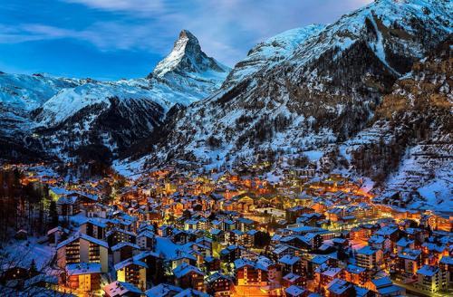 Церматт, ШвейцарияВ эту деревню, расположенную в Швейцарских Альпах, въехать на автомобиле тоже не удастся. Закон запрещает использование машин, так как те загрязняют воздух. Но запрет касается лишь личных автомобилей. У служб экстренной помощи, коммунальщиков отелей и такси транспорт есть, но это электромобили. Транспорт с двигателями внутреннего сгорания отсутствует полностью. И даже полиция ходит пешком, ездит на велосипедах и лошадях.