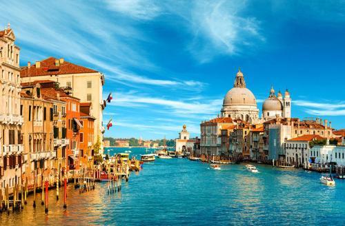 Венеция, ИталияЭто, пожалуй, один из самых известных городов мира, где на колесах перемещаются только чемоданы. С 2016 года под запретом оказались даже велосипеды. Сделано это, чтобы исключить столкновения, а также разгрузить и без того узкие улочки. Нарушителям придется раскошелиться на €50.Если уж власти решили запретить двухколесный транспорт, что говорить о машинах, которые при всем желании водителей просто не смогут проехать по улочкам города и многочисленным мостам, перекинутым через каналы. Транспорт в Венеции исключительно водный.