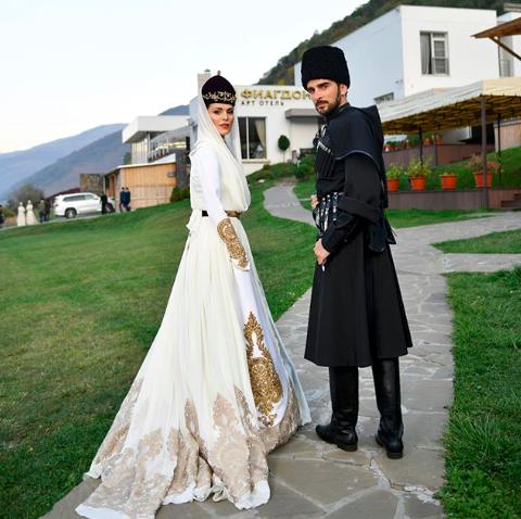 Свадьба подруги стала для известной российской певицы  Сати Казановой самым главным событием в ее жизни. Именно в Германии она встретила своего суженого - итальянского фотографа Стефано.