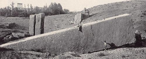 Но в эту теорию не вписывается Камень Юга – блок известняка, расположенный в нескольких сотнях метров от Храма Юпитера, и весящий больше килотонны – чуть больше, чем вес всех камней Кораллового Замка.