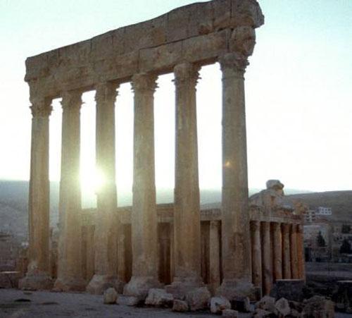 Древнейшая история Баальбка неизвестна, хотя место было заселено с глубокой древности, здесь поклонялись богу Ваалу и Дионисию. В годы правления Октавана Августа (27 до н. э. — 14 н. э.) город был превращен римскую колонию и здесь находился римский гарнизон. В Римский период тут был построен храм Юпитера, который имел прямоугольную форму - 89 на 49 метров, его крыша опиралась на 54 коринфские колонны – сейчас от них осталось только шесть...