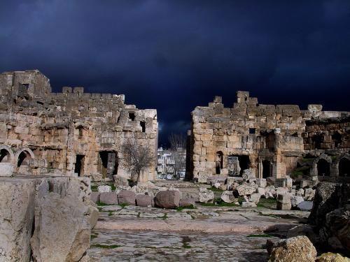 Древний город Баальбек расположен на территории современного Ливана, в 80 км к северо-востоку от Бейрута на высоте 1130 м. Когда-то во времена Древнего Рима именно сюда приезжали римские императоры, чтобы принести жертвы своим богам и спросить оракула о судьбах Империи. Это место считалось одним из самых священных на Земле, а его храмы – одними из самых чудесных.