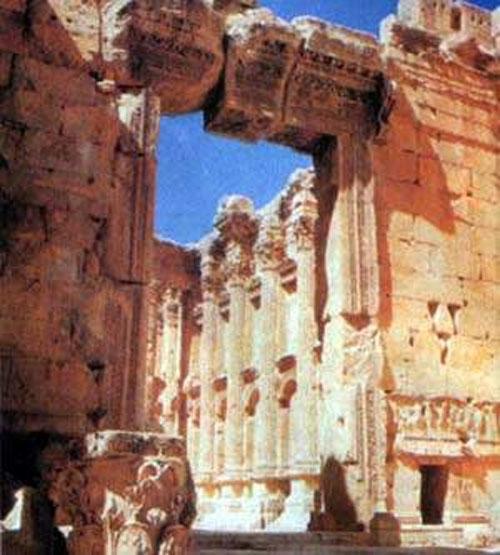 В Баальбеке находятся 27 известняковых блоков, входящих в основание Храма, которые несравнимы по весу ни с чем в мире. Самые легкие из этих 27 камней весят свыше 300 тонн. А группа из трех самых больших глыб именуется «Трилитон», или «Чудо трех камней». Каждый из этих невероятно огромных камней достигает в длину в среднем 21 метра, в высоту 5 метров и в ширину 4 метров. И весят они по 800 тонн каждый - это самые тяжелые камни, когда-либо добываемые древним человеком. Они - часть замечательной конструкции и покоятся сверху поддерживающей структуры на высоте приблизительно 6 метров над землей.